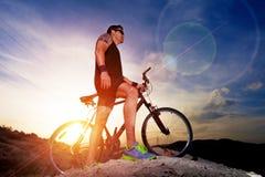 体育和健康生活 登山车和风景背景 库存图片