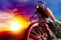 体育和健康生活 登山车和风景背景 免版税库存照片