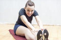 体育和健身想法和概念 愉快的年轻人Wo画象  库存图片