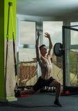 体育和健身房概念 有裸体躯干的人在健身房喜欢训练,有躯干的trx人,肌肉强壮男子行使与 库存照片
