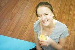 体育和健身 有长的头发的一个年轻欧洲女孩 免版税库存图片