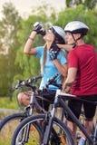 体育和循环的概念:休息Toget的年轻白种人骑自行车者 图库摄影
