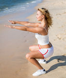 体育和生活方式概念-做体育的妇女户外 库存照片