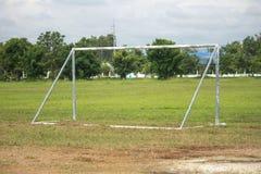 体育和设备概念-在领域的橄榄球目标 免版税库存照片