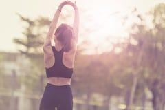 体育和活动概念 行使舒展的妇女胜过 免版税库存图片