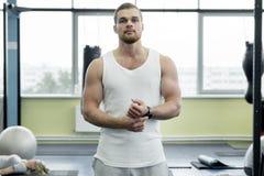 体育在一件白色T恤杉供以人员在健身房 库存图片