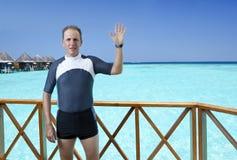 体育在一潜航的一套衣服供以人员在一个房子的sundeck在海的 马尔代夫 库存照片