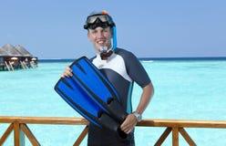 体育在一潜航的一套衣服供以人员在一个房子的sundeck在海的 马尔代夫 库存图片