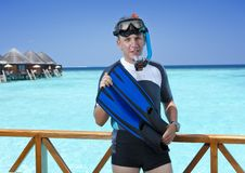 体育在一潜航的一套衣服供以人员在一个房子的sundeck在海的 马尔代夫 免版税图库摄影