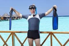 体育在一潜航的设备供以人员在sundeck展示一只手在海 马尔代夫 库存图片