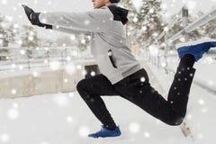 体育在冬天供以人员舒展腿在篱芭 免版税图库摄影