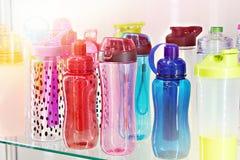 体育在商店上色了饮用水的塑料瓶 免版税库存照片