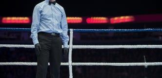 体育在圆环拳击比赛担任仲裁 免版税库存图片
