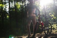 体育在春天阳光的森林骑自行车 库存照片