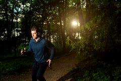 体育在晚上供以人员赛跑 库存图片