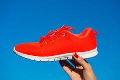 体育在蓝天背景的鞋子运动鞋 图库摄影