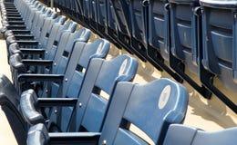 体育场位子空的行  免版税库存图片