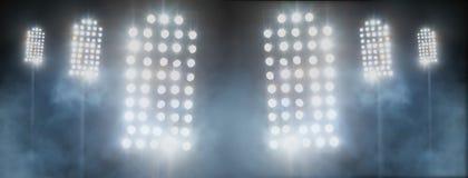体育场光和烟反对黑暗的夜空 图库摄影
