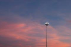 体育场光打开了和在backgroun的美好的日落 库存照片