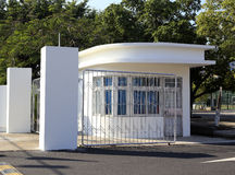 体育场入口的白色房子  库存图片