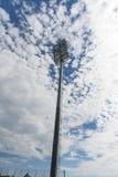 体育场反射器和云彩 免版税库存照片