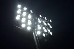 体育场在黑暗的夜空背景的足球光 免版税库存照片