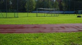 体育场的红色跑马场 库存图片