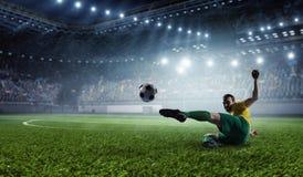 体育场的足球运动员 混合画法 免版税库存图片