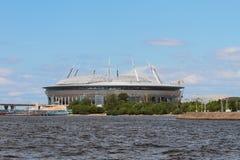 体育场的建筑河海岸的圣彼德堡,俄罗斯 免版税库存照片