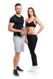 体育夫妇-男人和妇女有哑铃的在白色 免版税图库摄影