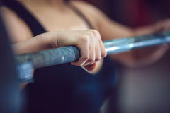体育女孩为与杠铃的锻炼做准备 免版税库存照片