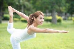 年轻体育女孩做瑜伽 免版税图库摄影