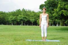 年轻体育女孩做瑜伽 库存照片