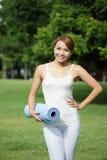 年轻体育女孩做瑜伽 免版税库存照片