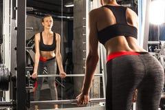体育女孩参与在健身房的锻炼 免版税库存图片