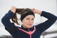体育女孩有调直头发在期间制定出健身在雪冬天散步,关闭  库存照片