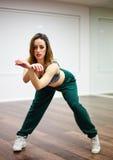 体育女孩跳舞画象  库存图片