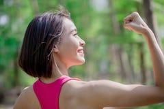体育妇女展示力臂 库存照片