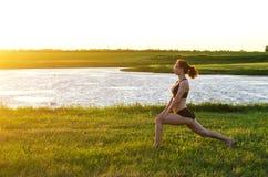 体育妇女执行锻炼在日落,拷贝的自由 库存照片