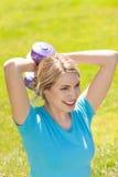 年轻体育妇女推力重量 图库摄影