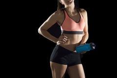 体育妇女瓶装水年轻运动女性身体播种的面孔身体细节画象  免版税库存图片