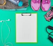 体育妇女\'体育和健身的,顶视图s衣物 库存图片