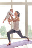 体育妈妈和婴孩 库存照片
