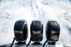 体育小船的强有力的马达 免版税库存图片