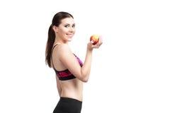 体育愉快的女孩用苹果 免版税库存图片