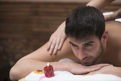 体育按摩 按摩男性的肩膀的按摩治疗师 免版税库存图片