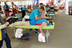 体育按摩治疗师工作 免版税库存图片