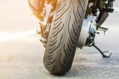 体育摩托车后轮在路的 在s停放的摩托车 库存图片