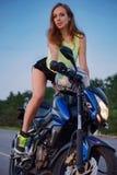 体育摩托车的美丽的女孩 免版税库存照片