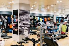 体育服装和设备待售在商城 库存图片